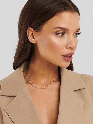 Statement by NA-KD Influencers smycke Christina Dueholm Pearl Necklace guld