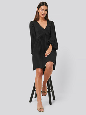 NA-KD Trend Volume Sleeve Pleated Skirt Dress svart