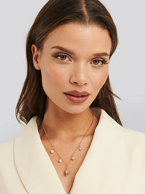 Statement by NA-KD Influencers smycke Anette Hovland Pedant Necklace guld