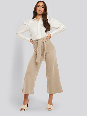 NA-KD omönstrade byxor Striped Ribbed Pants beige