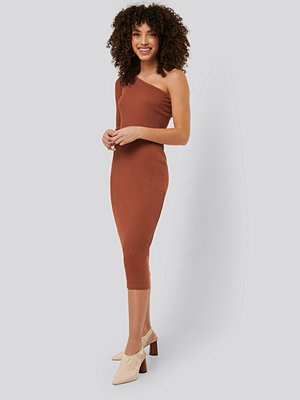 NA-KD Trend One Shoulder Ribbed Midi Dress brun