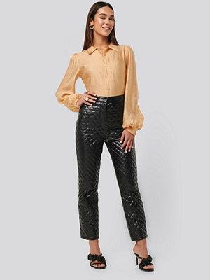 NA-KD Trend svarta mönstrade byxor Quilted PU Pants svart