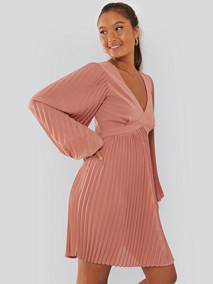 NA-KD Trend Volume Sleeve Pleated Skirt Dress rosa
