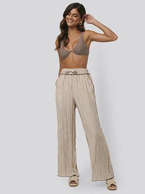 NA-KD Trend omönstrade byxor Wrinkle Effect Pants beige