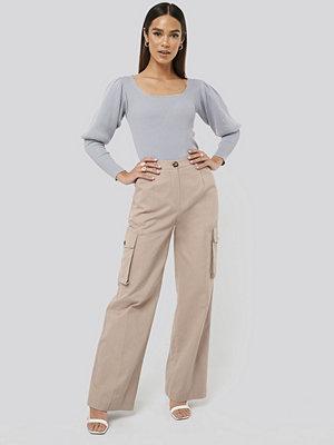 Misslisibell x NA-KD omönstrade byxor Big Pocket Cargo Pants beige