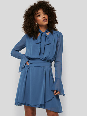 Trendyol Neck Detailed Mini Dress blå