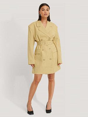 NA-KD Classic Wide Shoulder Belted Blazer Dress gul