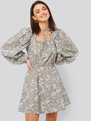 NA-KD Boho Scalloped Neckline Mini Dress grå