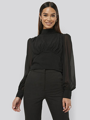Misslisibell x NA-KD High Neck Puff Sleeve Blouse svart