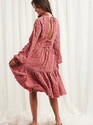 NA-KD Boho Structured Open Back Dress rosa