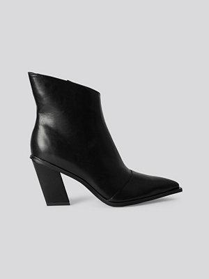 NA-KD Shoes Slanted Heel Toe Detail Boots svart