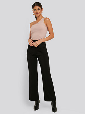 NA-KD Trend svarta byxor Flared Suit Pants svart