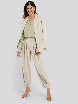 NA-KD Classic omönstrade byxor Cocoon Elastic Suit Pants beige