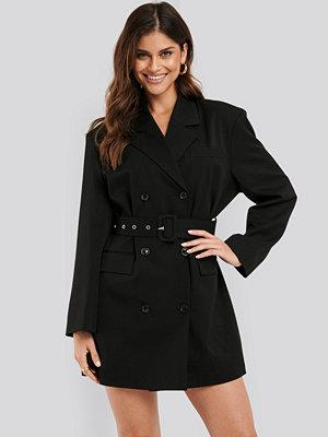 NA-KD Classic Wide Shoulder Belted Blazer Dress svart