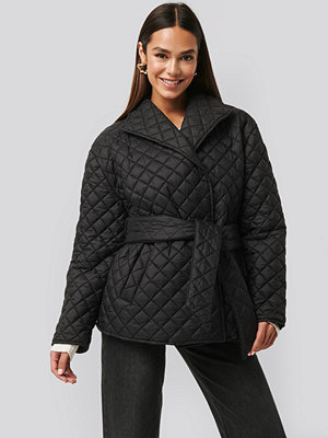 NA-KD Trend Quilted Short Jacket svart