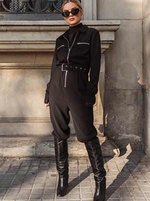 Jumpsuits & playsuits - Donnaromina x NA-KD Belted Zip Detail Jumpsuit svart