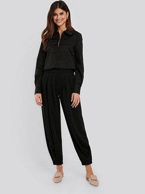 NA-KD Classic svarta byxor Cocoon Elastic Suit Pants svart