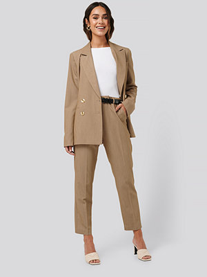 NA-KD Classic Straight Fit Suit Pants beige byxor