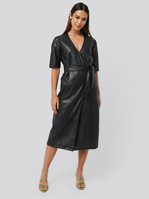 NA-KD Trend Soft PU Overlap Midi Dress svart