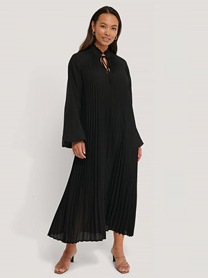 NA-KD Trend Midi Pleated Balloon Sleeve Dress svart