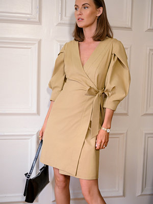 Kristin Rödin x NA-KD Volume Sleeve Tie Belt Dress beige