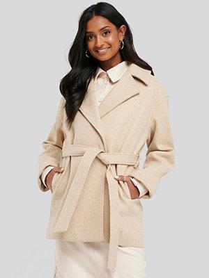 NA-KD Short Belted Coat beige