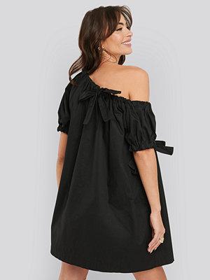 NA-KD Trend One Shoulder Cotton Dress svart