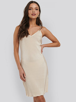 NA-KD Trend Pleated Slip Dress gul