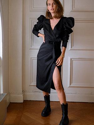 Kristin Rödin x NA-KD Puffy Sleeve Overlap Midi Dress svart