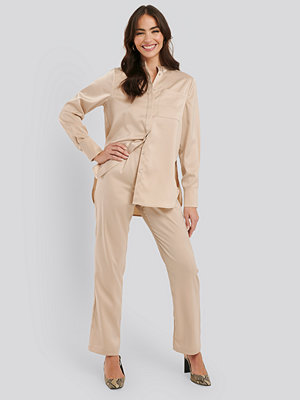 NA-KD Classic omönstrade byxor High Rise Satin Pants beige
