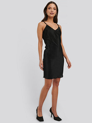 NA-KD Trend Pleated Slip Dress svart