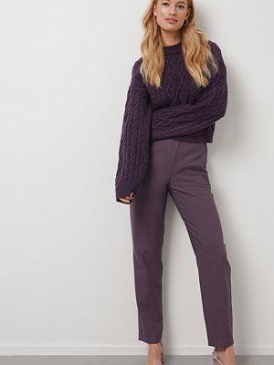 Kristin Rödin x NA-KD omönstrade byxor Straight Suit Pants lila