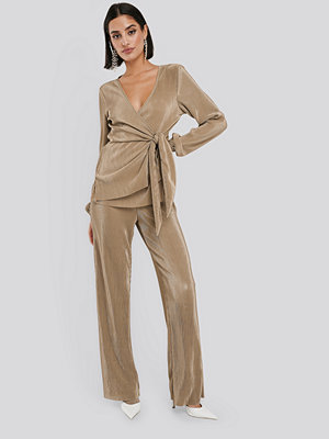 NA-KD Party omönstrade byxor Wide Pleated Trousers beige