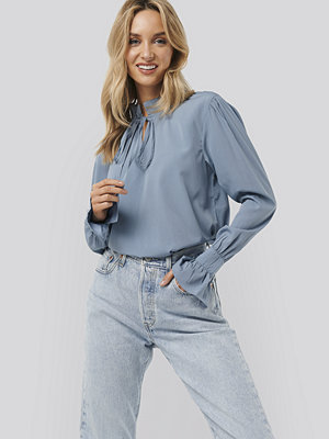 NA-KD Boho High Neck Frill Blouse blå