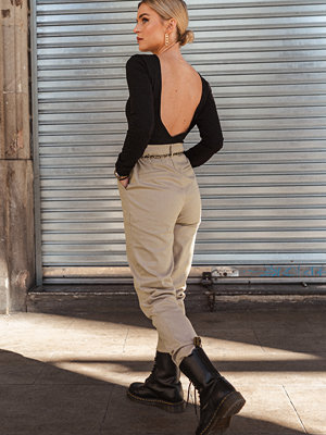 Donnaromina x NA-KD omönstrade byxor Straight Folded Suit Pants beige