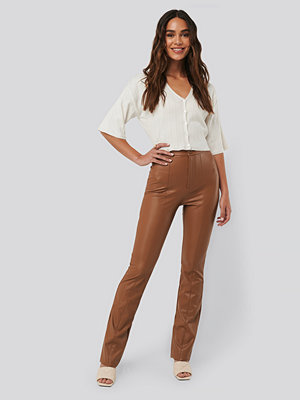 NA-KD bruna byxor Flared PU Pants brun