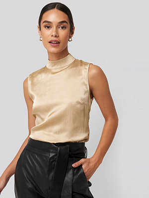 NA-KD Party High Neck Structured Satin Top beige