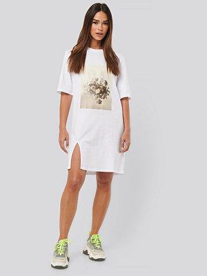 NA-KD Printed Side Slit Tee Dress vit