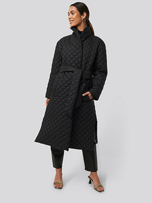 NA-KD Trend Quilted Long Jacket svart