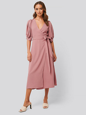 NA-KD Puff Sleeve Wrap Midi Dress rosa