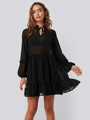 NA-KD Boho Tie Neck Flowy Mini Dress svart