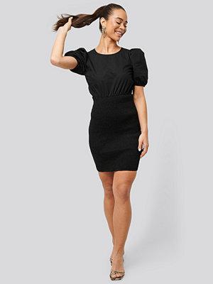 NA-KD Party Smocked Puff Sleeve Dress svart