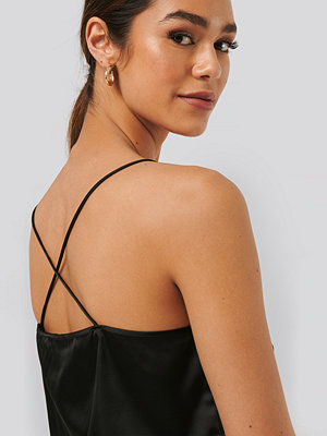 NA-KD Party Cross Back Straight Neckline Singlet svart