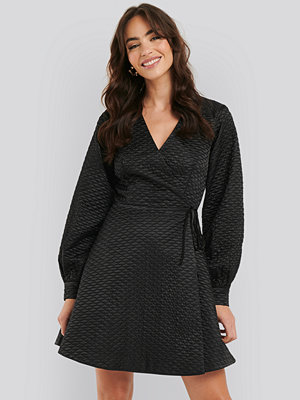 NA-KD Trend Quilted Overlap Satin Dress svart