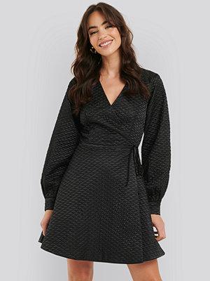 Festklänningar - NA-KD Trend Quilted Overlap Satin Dress svart
