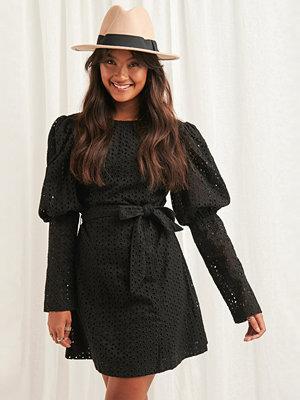 NA-KD Boho Anglaise LS Mini Dress svart