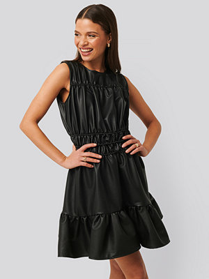 NA-KD Trend Shirred PU Dress svart