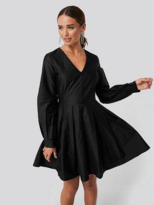 NA-KD Party Box Pleat Mini Dress svart