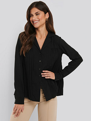 NA-KD Classic Pleated Blouse svart