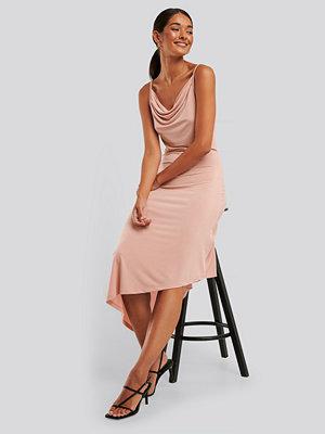 NA-KD Party Asymmetrisk Klänning Med Vattenfallsfåll rosa
